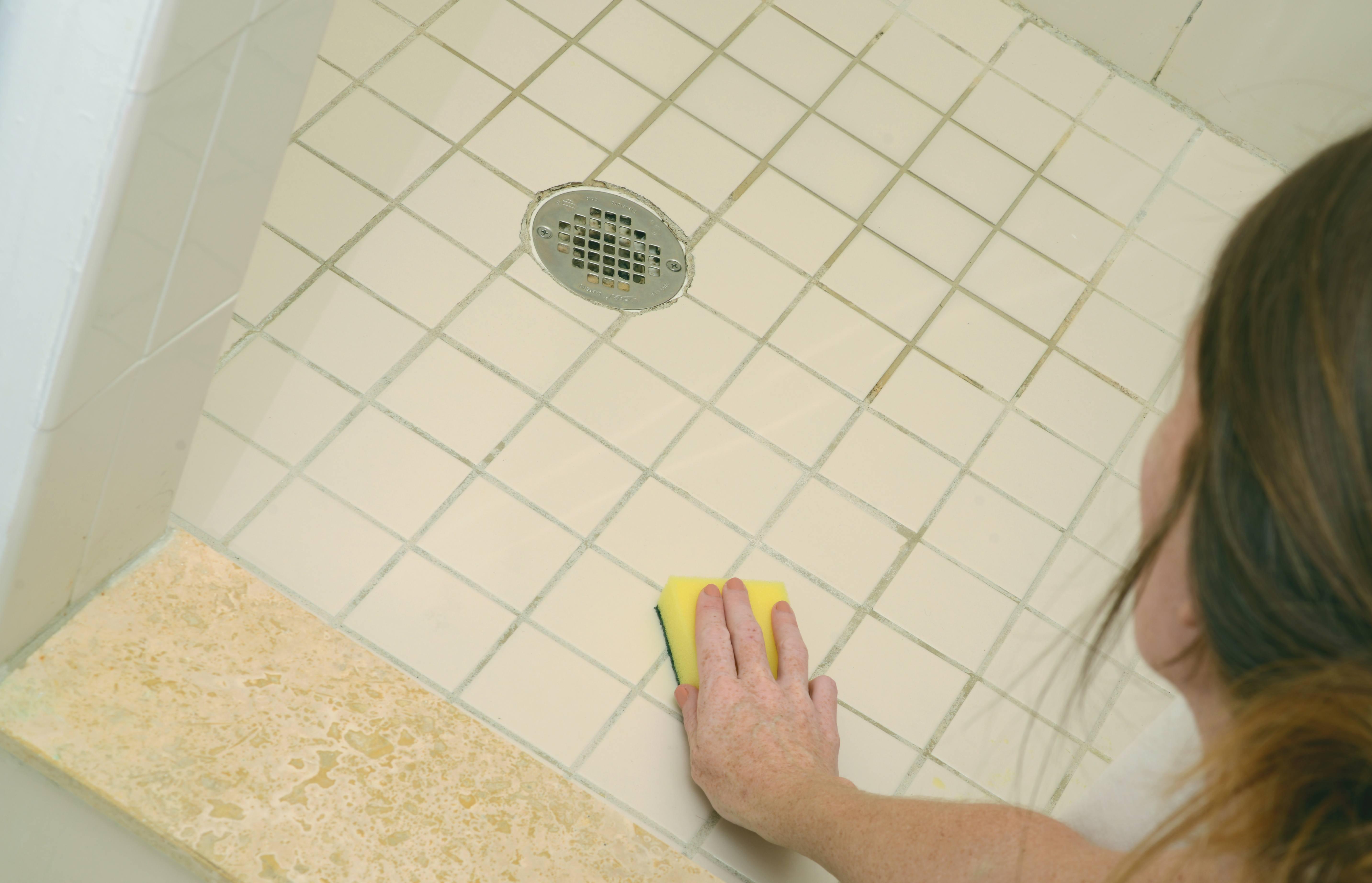 Frau Putzt Den Boden Im Badezimmer.