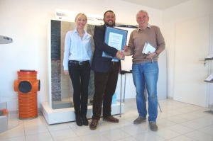 Frau Beck und Herr Donnarumma von der innotech GmbH mit TÜV-Kontrolleur Hans-Jürgen Dettbarn .