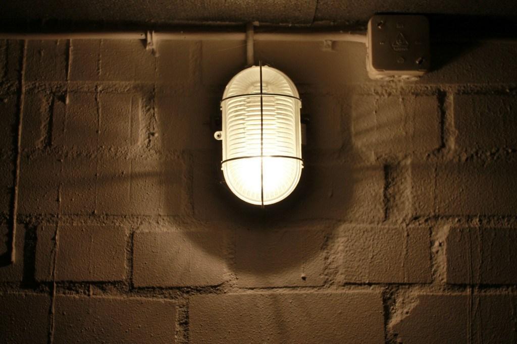 Es gibt mehrere Anzeichen für einen feuchten Keller.
