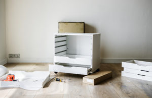 Möbel beim Umzug von der Wand rücken