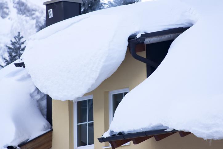 Schnee auf dem Dach ist gefährlich