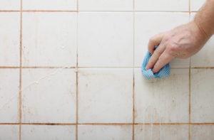 Verschimmelte Fugen im Badezimmer reinigen
