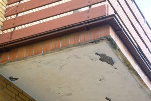 Aufgeplatzter Putz am Balkon