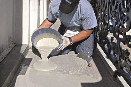 Eine spezielle Oberflächenbeschichtung sorgt für eine optimale Versiegelung schadhafter Balkonböden.